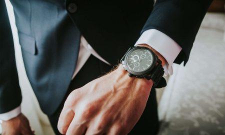 腕時計をつけるサラリーマン