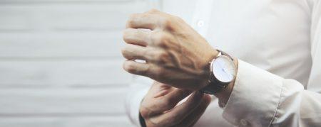 腕時計をする男性