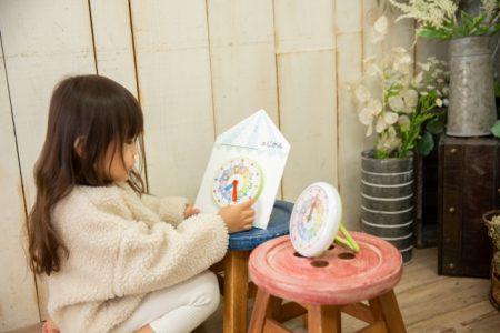 おもちゃで遊ぶ女の子