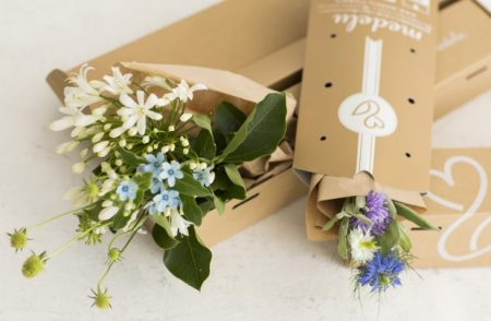 お花の定期便の箱とお花
