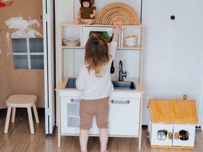 おもちゃを片付ける女の子