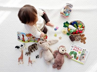 おもちゃであそぶ1歳児