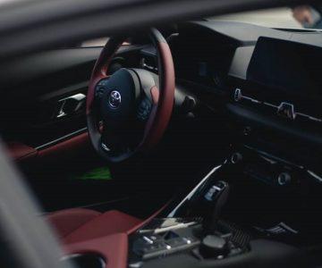 トヨタ車の運転席